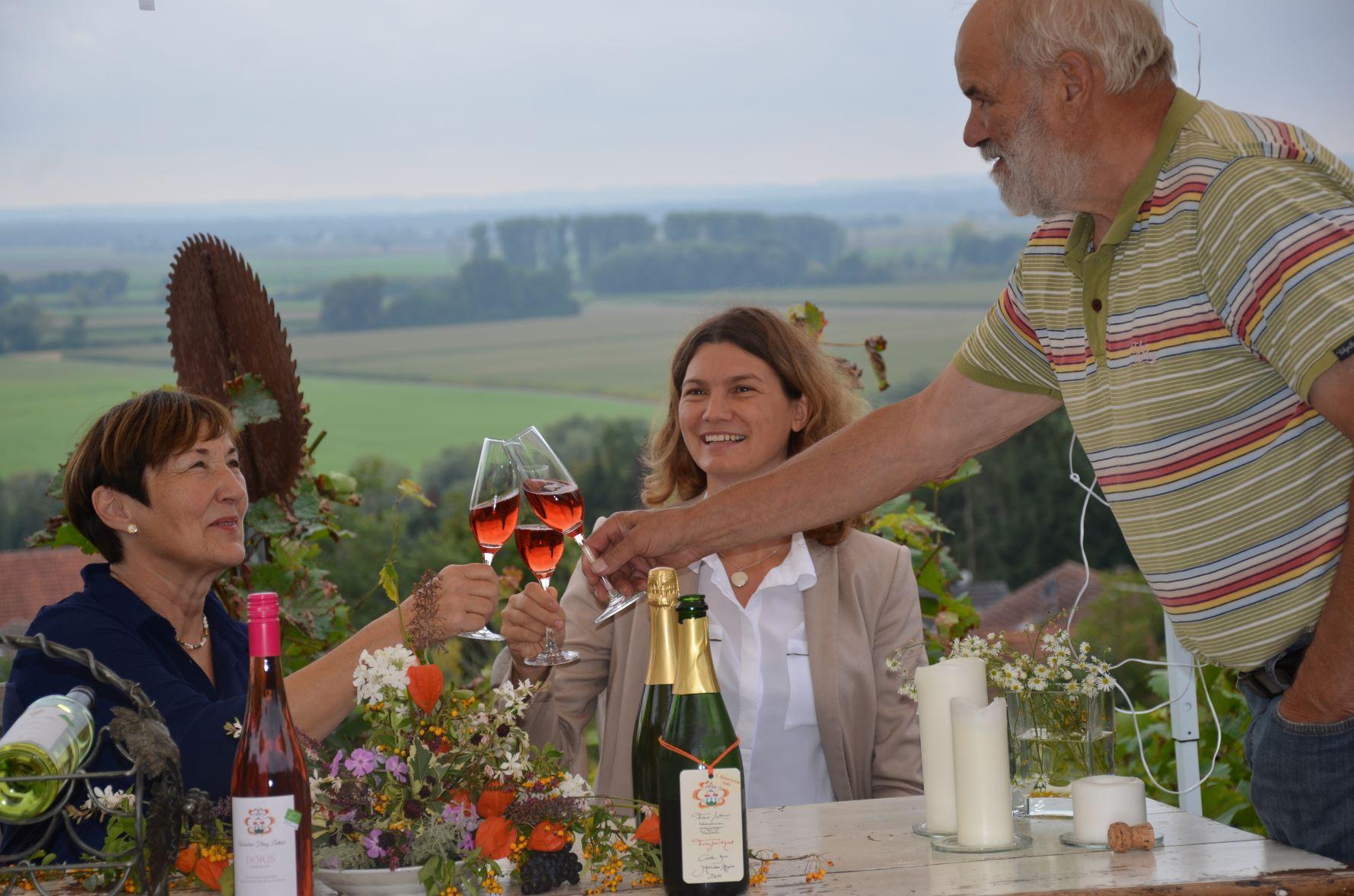 Stoßen auf einen gelungenen Jahrgang Rosé-Sekt aus dem Hause Luttner an: Doris Luttner, Landrätin Tanja Schweiger und Franz Luttner.