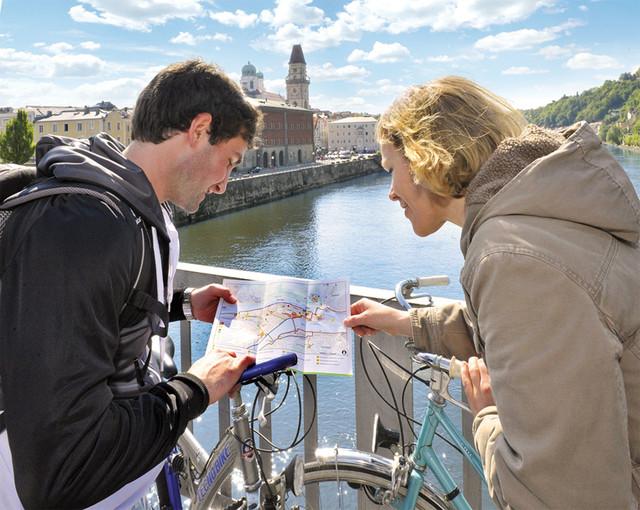 Radler auf der Hängebrücke in Passau