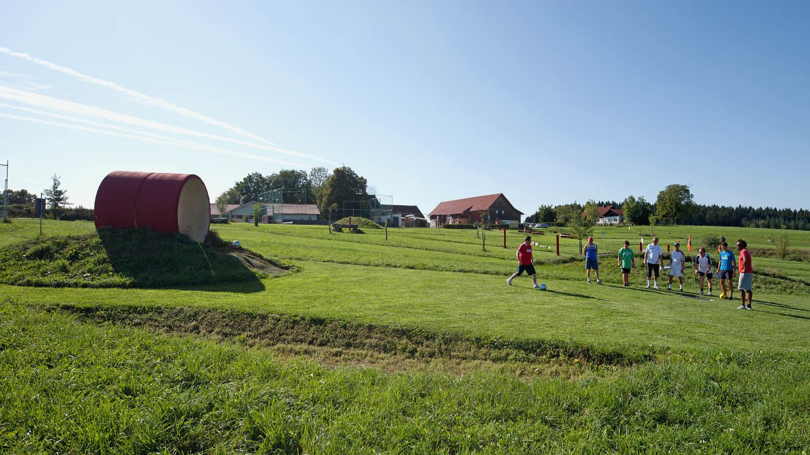 Sportlich aktiv in der Fußballgolf-Anlage in Willaberg in der Gemeinde Bodenkirchen ganz im Süden des Landkreises Landshut.
