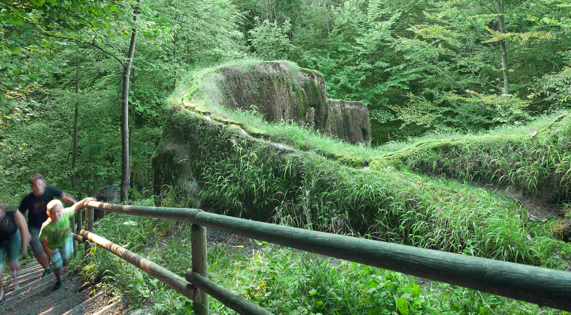 Ein kleiner Bach hat im Ferienland Dingolfing-Landau im Laufe von Jahrtausenden mit seinem stark kalkhaltigem Wasser einen wandartigen rund 50 m langen und bis zu 3 m hohen bizarr geformten Felsen aufgebaut.