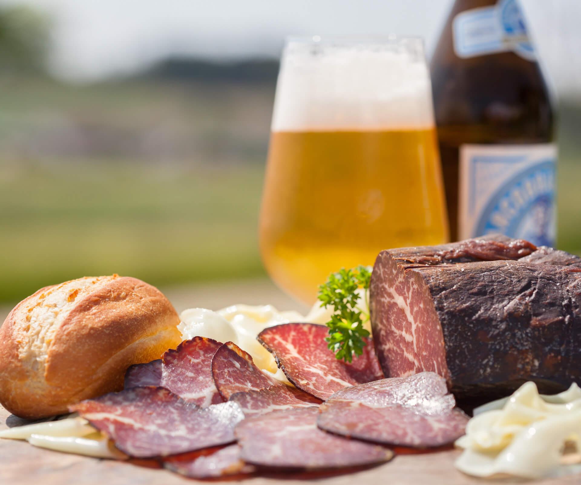 Ein Traum: Eine echte niederbayerische Brotzeit mit Geräuchertem, Radi und einem Schluck Bier