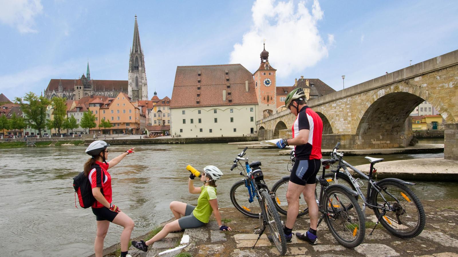 Radfahrer an der Steinernen Brücke