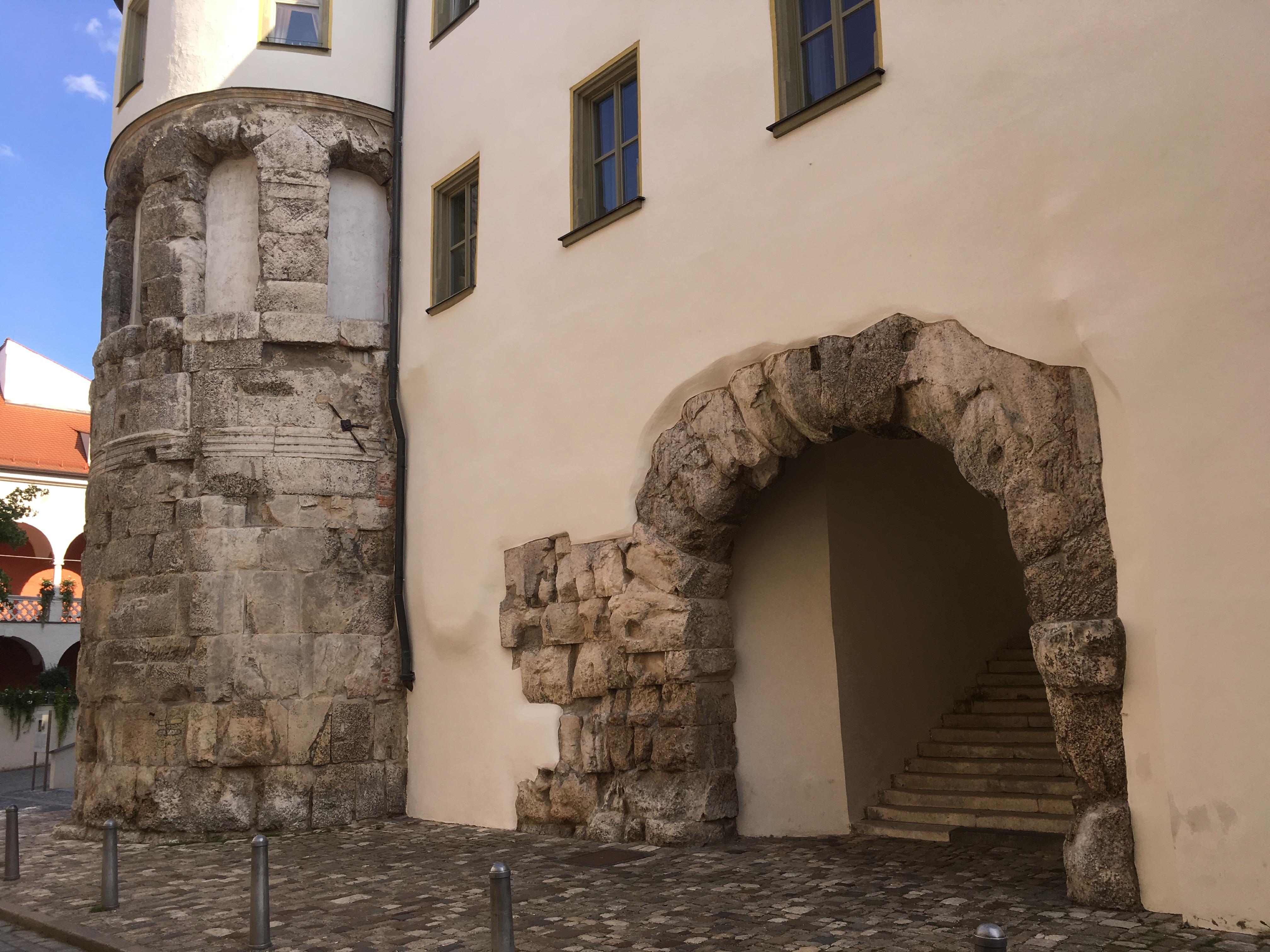 Die Porta Praetoria in Regensburg ist ein römisches Tor und eines der ältesten erhaltenen Bauwerke der Stadt