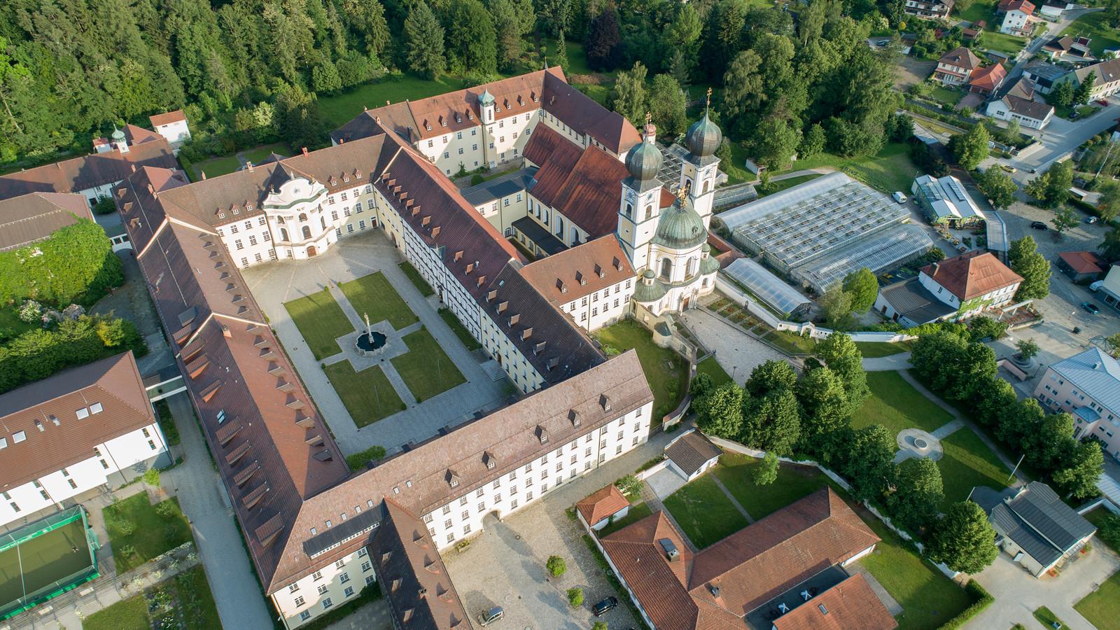 Das Kloster Metten im Deggendorfer Land aus der Vogelperspektive