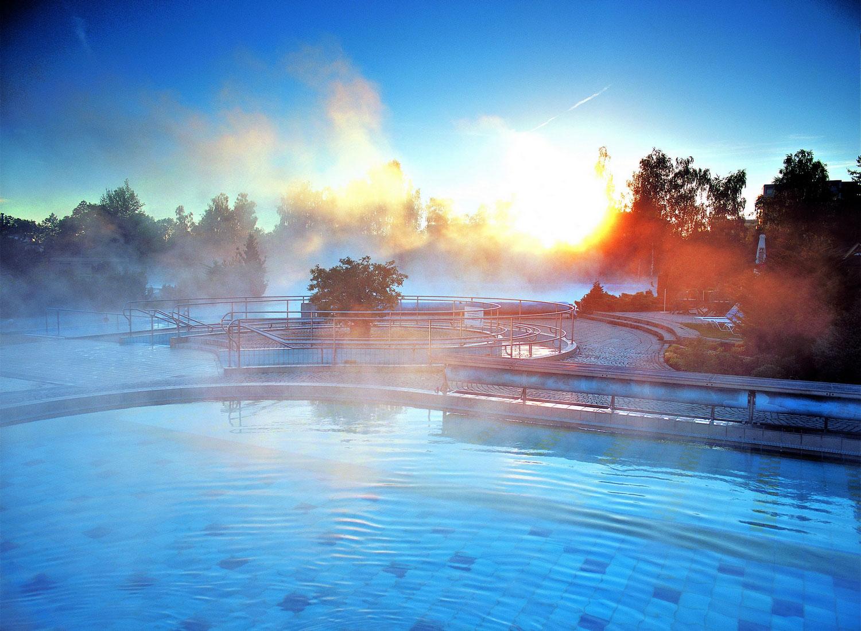 Selbst wenn die Sonne mal nicht scheint, herrscht im wohlig warmen Wasser der weitläufigsten Thermenlandschaft Europas auch unter freiem Himmel immer bestes Badewetter.