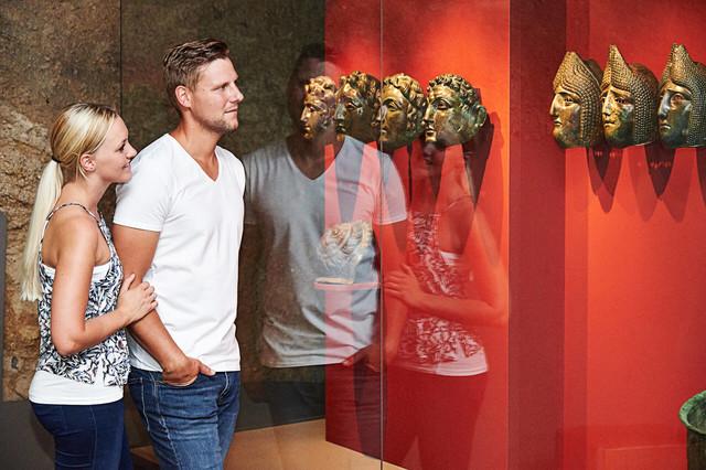 """Weltbekannt ist der """"Römerschatz"""",  der 1950 in Straubing-Alburg ausgegraben wurde und im Gäubodenmuseum gezeigt wird."""