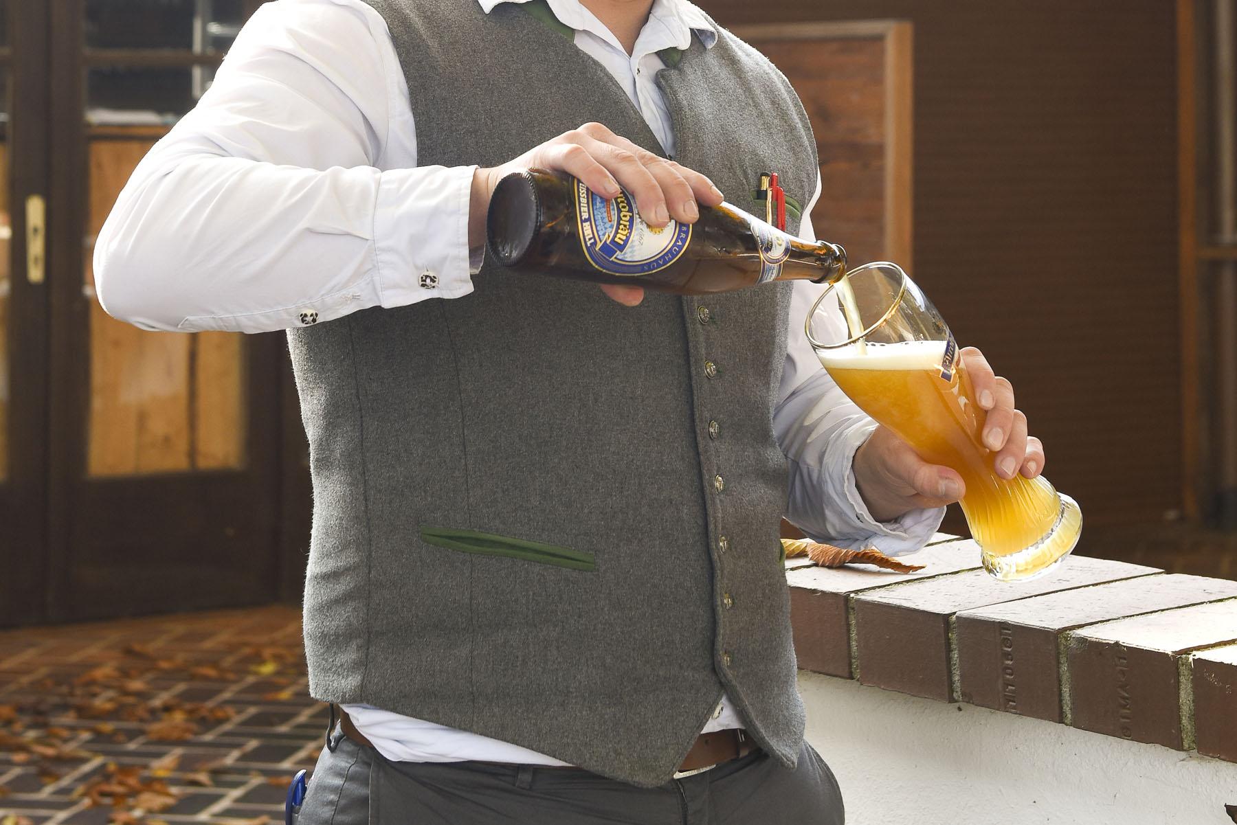 Natürlich gibt es im Mühlhamer Keller feines Bier aus dem Bayerischen Golf- und Thermenland
