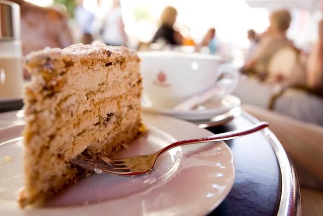 Eine süße Versuchung: Die  Straubinger Agnes-Bernauer Torte ist eine Schichttorte aus mit Mocca-Buttercreme gefüllten Nuss-Baiser-Böden.