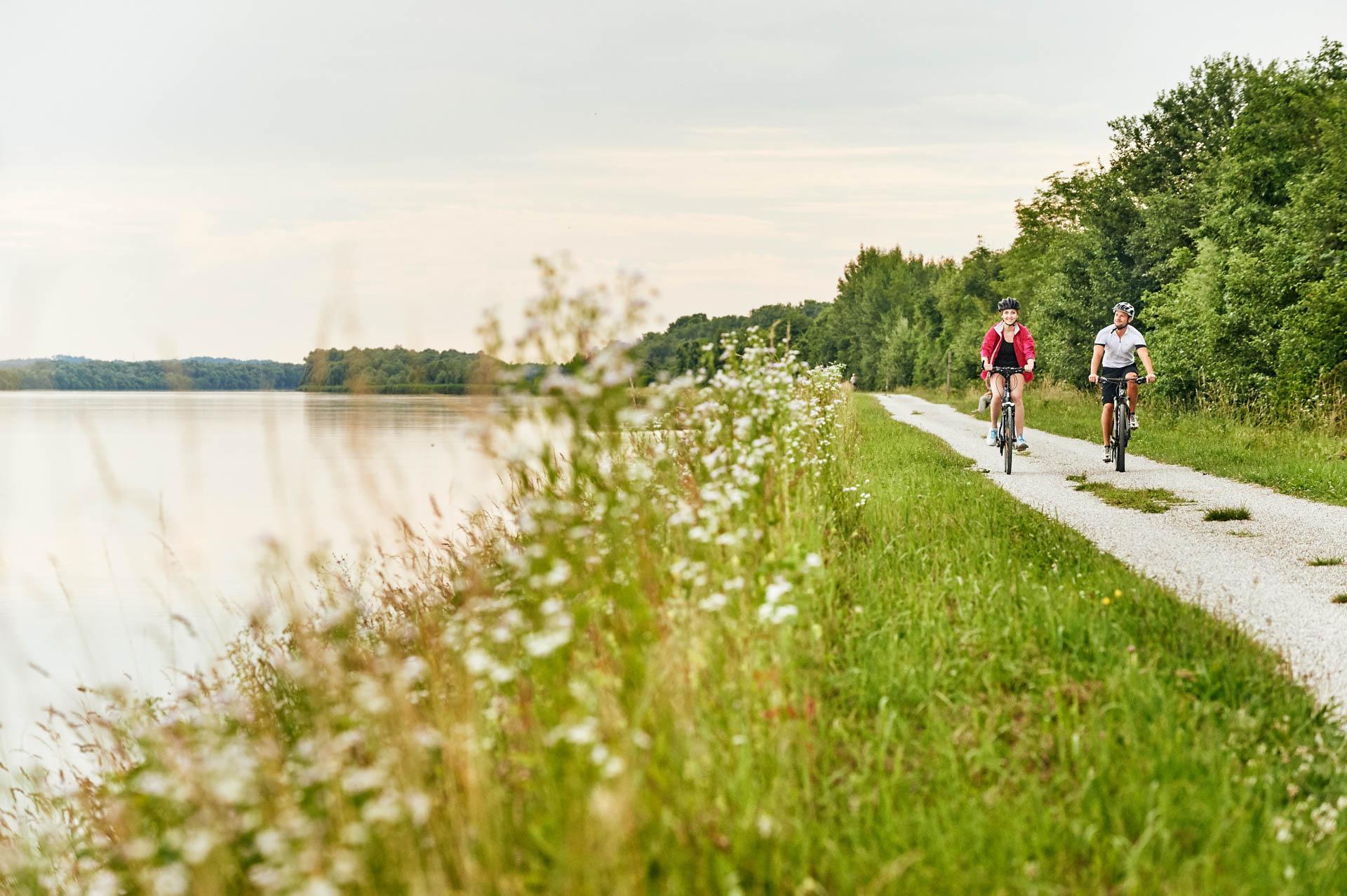 Mit dem Rad auf dem Inntalradweg bei Egglfing unterwegs