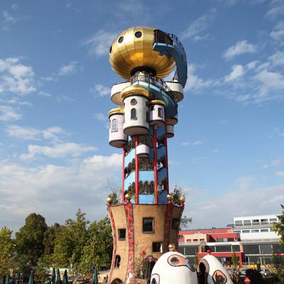 """Seit 2010 zieht der Kuchlbauer Turm, ein Architekturprojekt nach Plänen des Künstlers Friedensreich Hundertwasser, viele tausende Besucher pro Jahr an. Bei einer Führung können Sie den Turm """"hautnah"""" erleben."""
