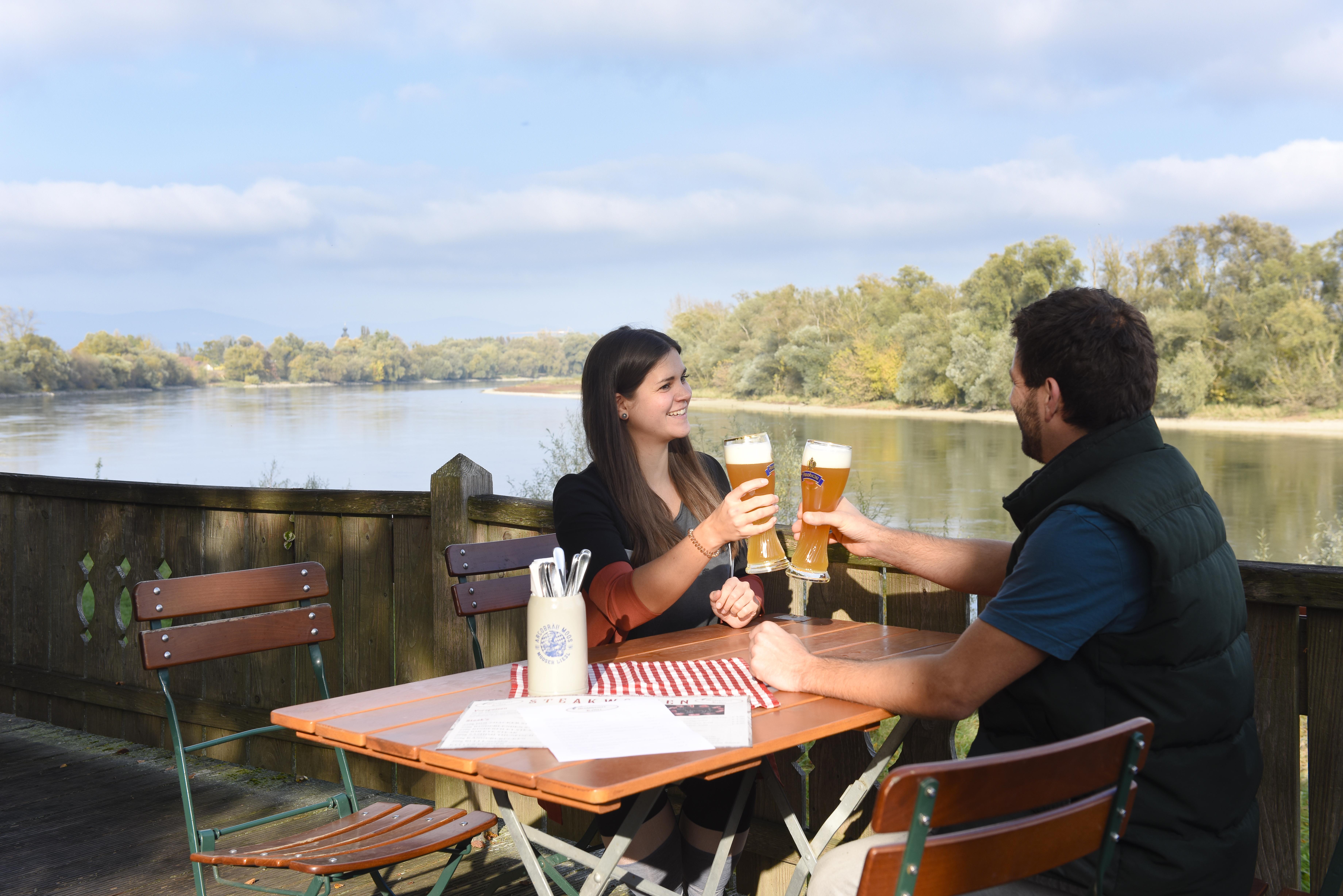 Genuss im wunderschönen Biergarten Mühlhamer Keller mit Blick auf die majestätisch dahinfließende Donau.
