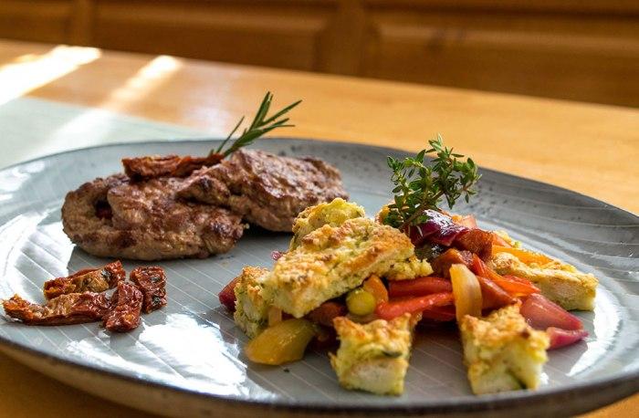 Lammsteak gefüllt mit Feta und Peperoni, Baguette-Bärlauch-Gratin und Spargel-Chorizo-Ratatouille