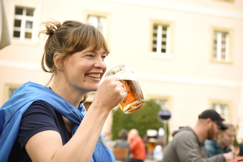 Wie gut das schmeckt: Ein süffiges Bier der ältesten Klosterbrauerei der Welt im Biergarten des Klosters Weltenburg.