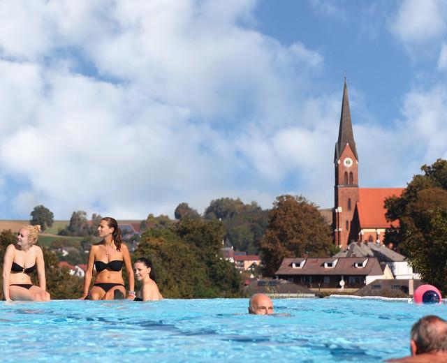 In der Kaiser-Therme Bad Abbach mit Blick auf den Kurort an der Donau