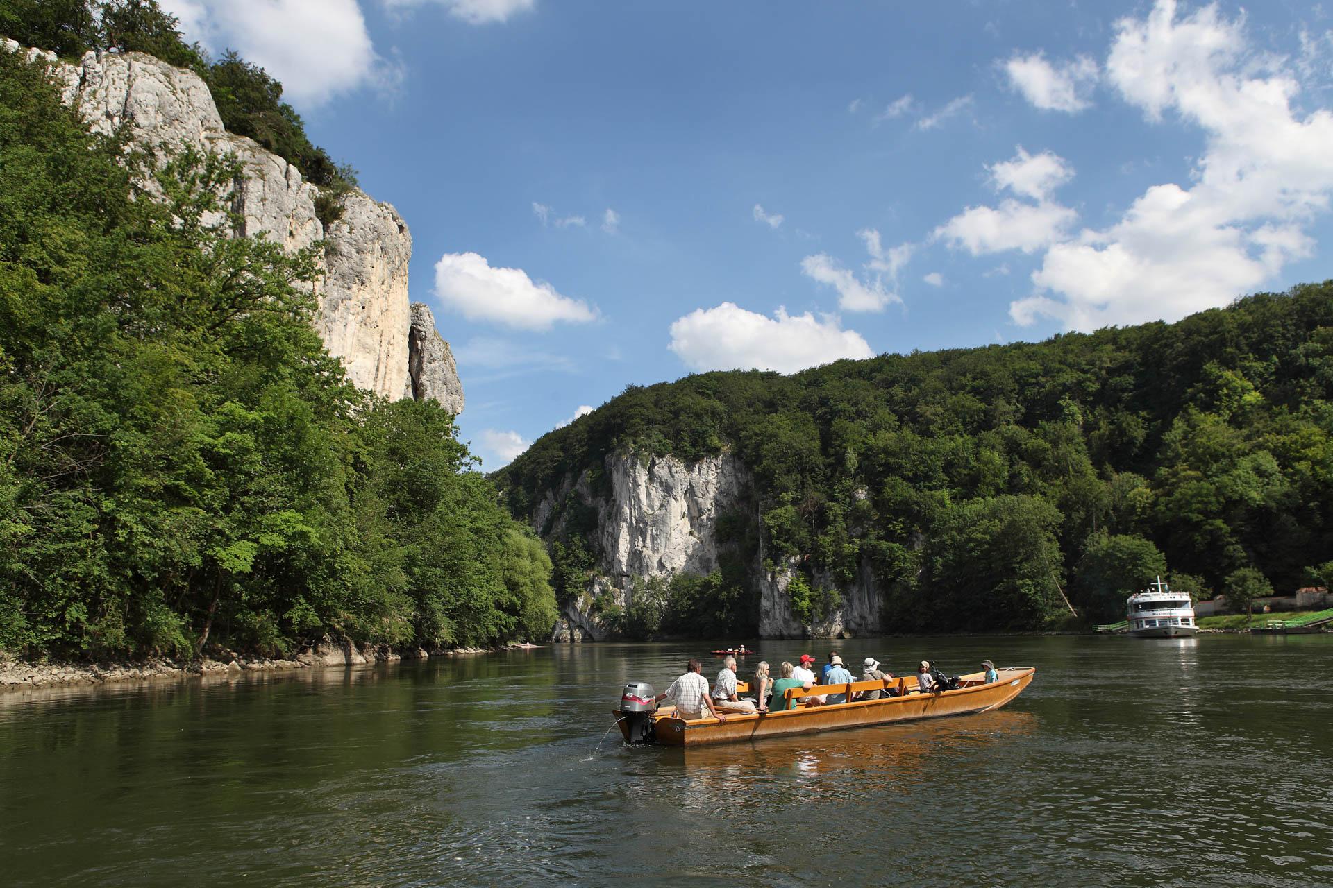 Mit dem Boot auf der Donau im Donaudurchbruch unterwegs