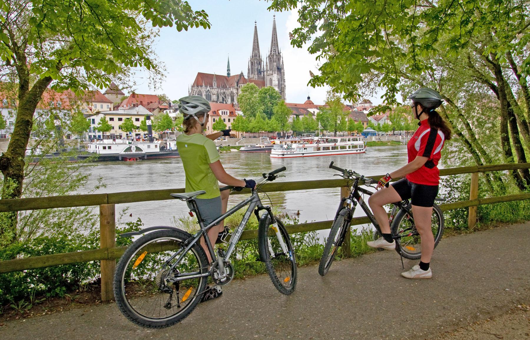 Radfahrer an der Donau in Regensburg